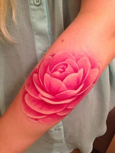 Piękny kolorowy tatuaż kwiatowy
