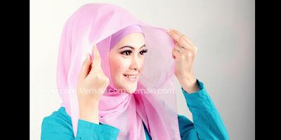 Cara Memakai Jilbab Segi Empat Modern Warna Pink Yang Simple