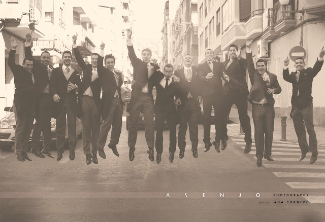 grupo de chicos vestidos con frac y saltando para el fotografo de bodas en alicante