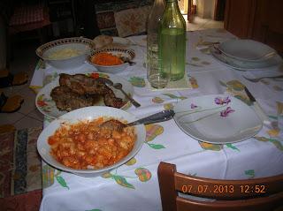 pranzo domenicale con gnocchi al ragù- costine di vitella con  pure di patate e carote grattuggiate.