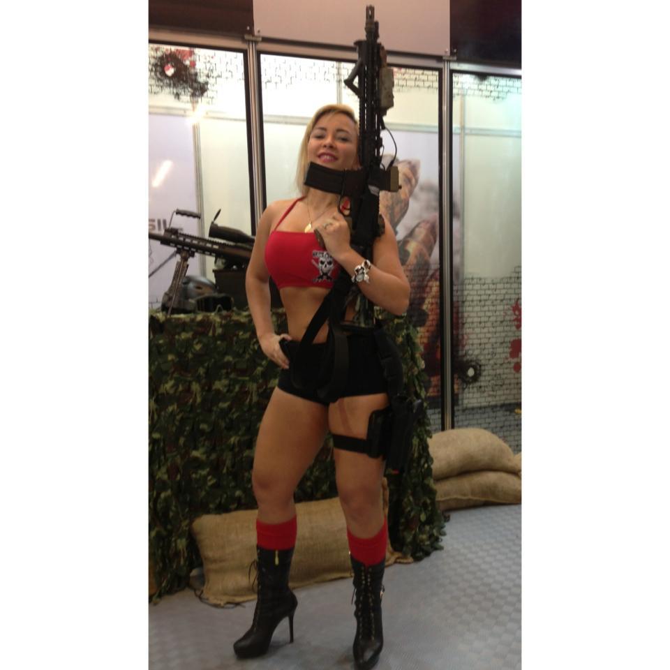 Miss Bumbum Sheyla Mell e Ellen Santana em feira de armas e pesca