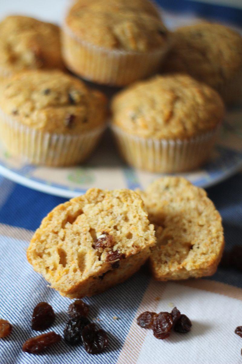 Razowe muffinki z marchewką, rodzynkami i bananami