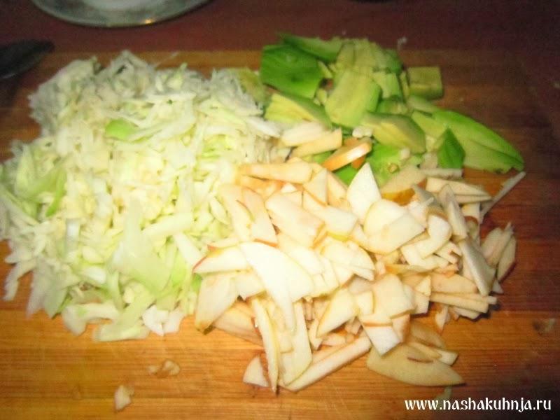 Салат из белокочанной капусты с авокадо и яблока