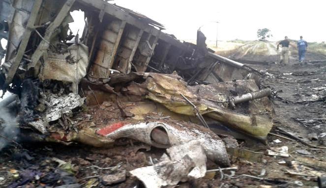 Serpihan pesawat MAS MH17 (foto Reuters)