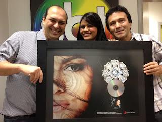 Damares participa do Programa Raul Gil e recebe disco de Diamante