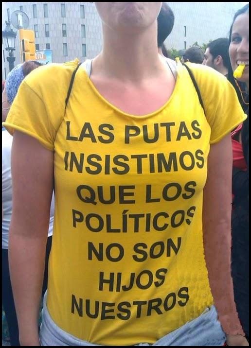 Chica protestando con un logo en su camiseta.
