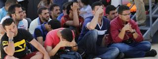 Σύριοι πρόσφυγες στη Λέσβο περιμένουν μέσα στον αποπνικτικό καύσωνα