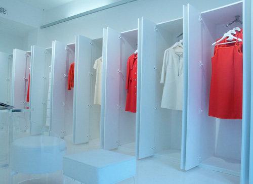 La Maison Courrèges tiendra un pop-up store pour toute la saison  printemps-été 2013 aux Galeries Lafayette Haussmann. 4f864273874