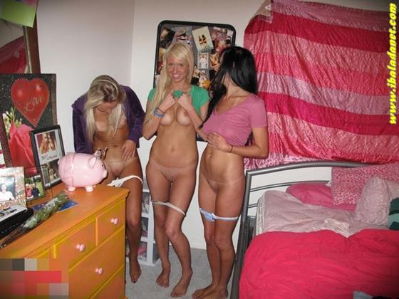 Três safadas mostrando a xoxota em putaria no quarto.