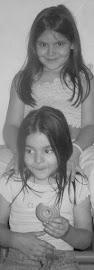 Con mi hermana Nati de pequeñas.