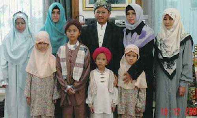 http://4.bp.blogspot.com/-PZWdW7YYwUw/T4JEMgQN_8I/AAAAAAAAAKM/KdxrsFzoCrM/s1600/poligami-702722.jpg