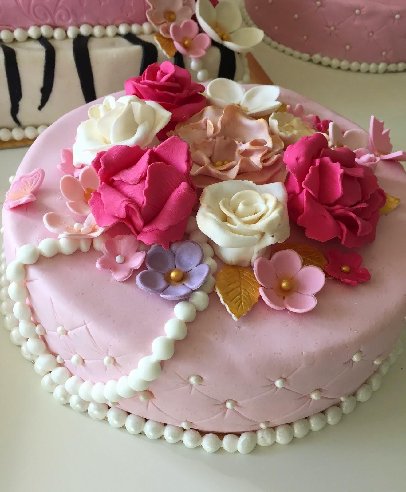 Tårta med många blommor och pärlor