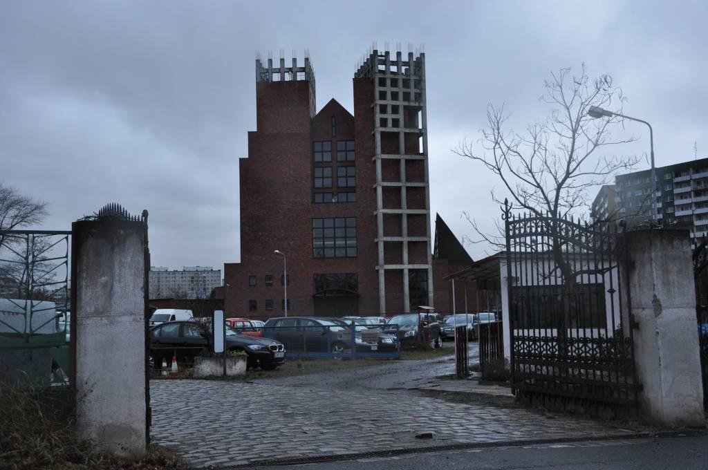 szare, betonowe konstrukcje będące dekoracją kościoła Odkupiciela Świata we Wrocławiu