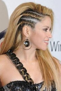 Una trenza demasiado fácil de realizar es para cualquier tipo de cabello, tejerla desde la parte frontal tensada hacia atrás y se pasa de lado a la do