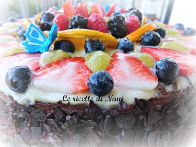 torta margherita decorata con frutta alla doppia farcitura .