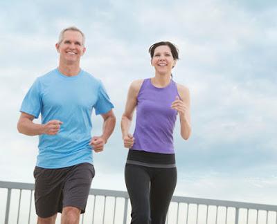 أطعمة تناولها يزيد ويرفع من مستوى اللياقة البدنية  رياضة الجرى تمارين رياضية العدو رجل وامرأة يجريان يمارسان man woman running athletics sport exercise