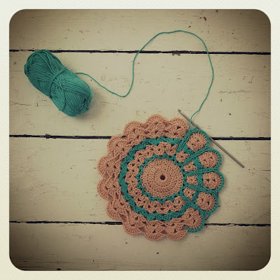 ByHaafner, potholder, daisy, work in progress, white wooden floor
