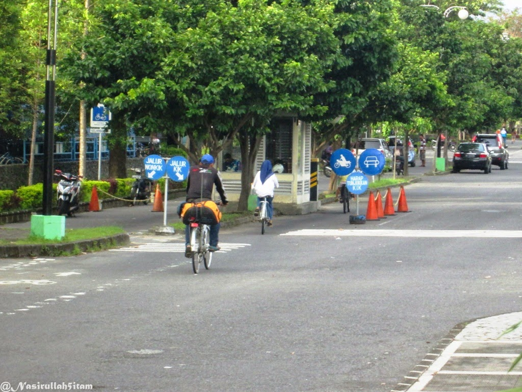 Bersepeda dilingkungan kampus UGM