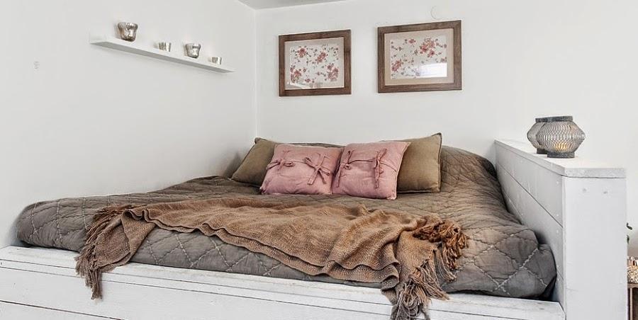 kawalerka, małe wnętrze, salon, sypialnia, białe wnętrze, kanapa, styl skandynawski, łóżko