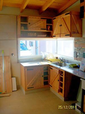 Muebles artesanales alacena y bajomesada estilo campo en for Muebles rusticos de campo