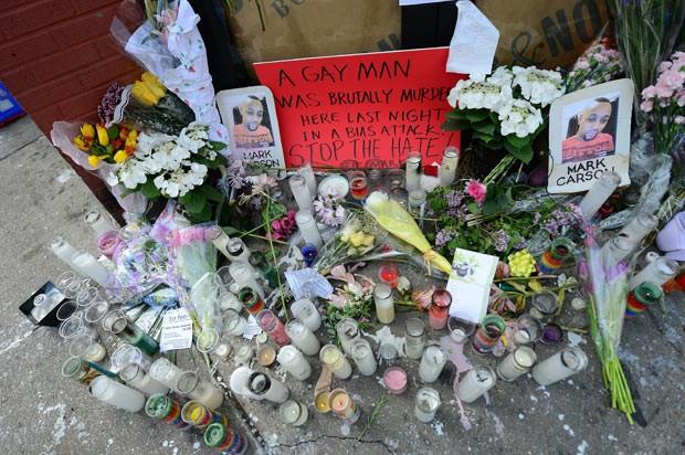 Memorial em homenagem a Mark Carson nesta segunda-feira (20) no local do crime (Foto: AFP)