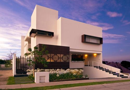 Podio casa puerta plata por lara lara arquitectos y arq for Casa de arquitectos