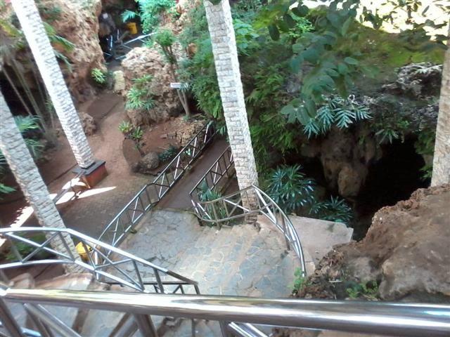 Pemandangan dari tangga pintu masuk Goa Akbar.