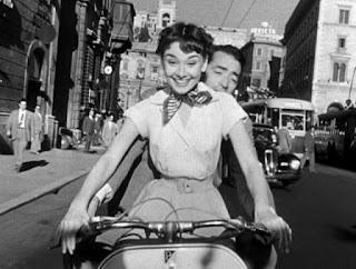 Audrey Hepburn, Gregory Peck e a Vespa em «Férias em Roma»