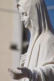 Marie, Reine de la Paix devant l'église paroissiale