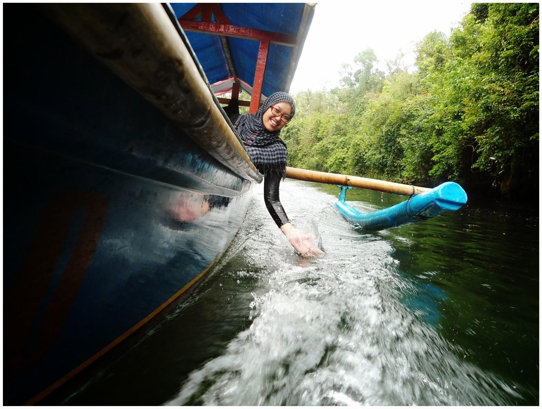 salah seorang pengunjung sedang menaiki perahu