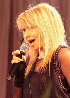 Лили Иванова си коригира устните