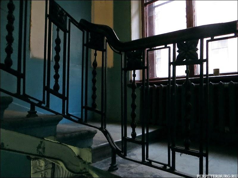 Старинные перила на лестнице в питерской парадной