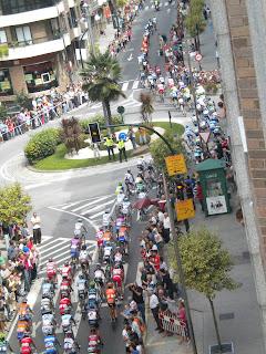 El pelotón recorre la calle Sanjurjo Badía