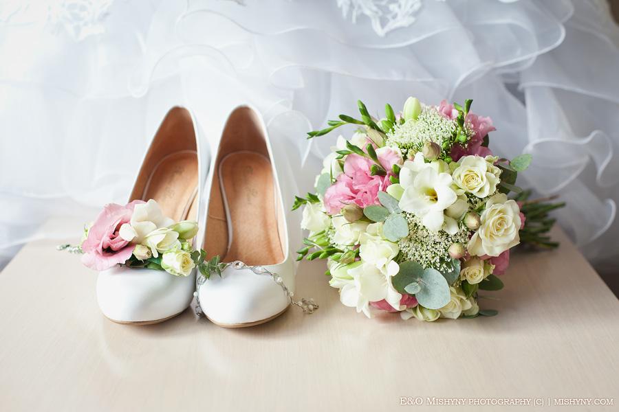 фотограф на свадьбу Киев, сборы невесты в отеле, отель Козацький стан, с.Счастливое Киев, утро невесты, букет невесты, свадебное платье