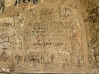 El grafit medieval del cantó dret de la portalada de la capella de Sant Marc dels Bassacs