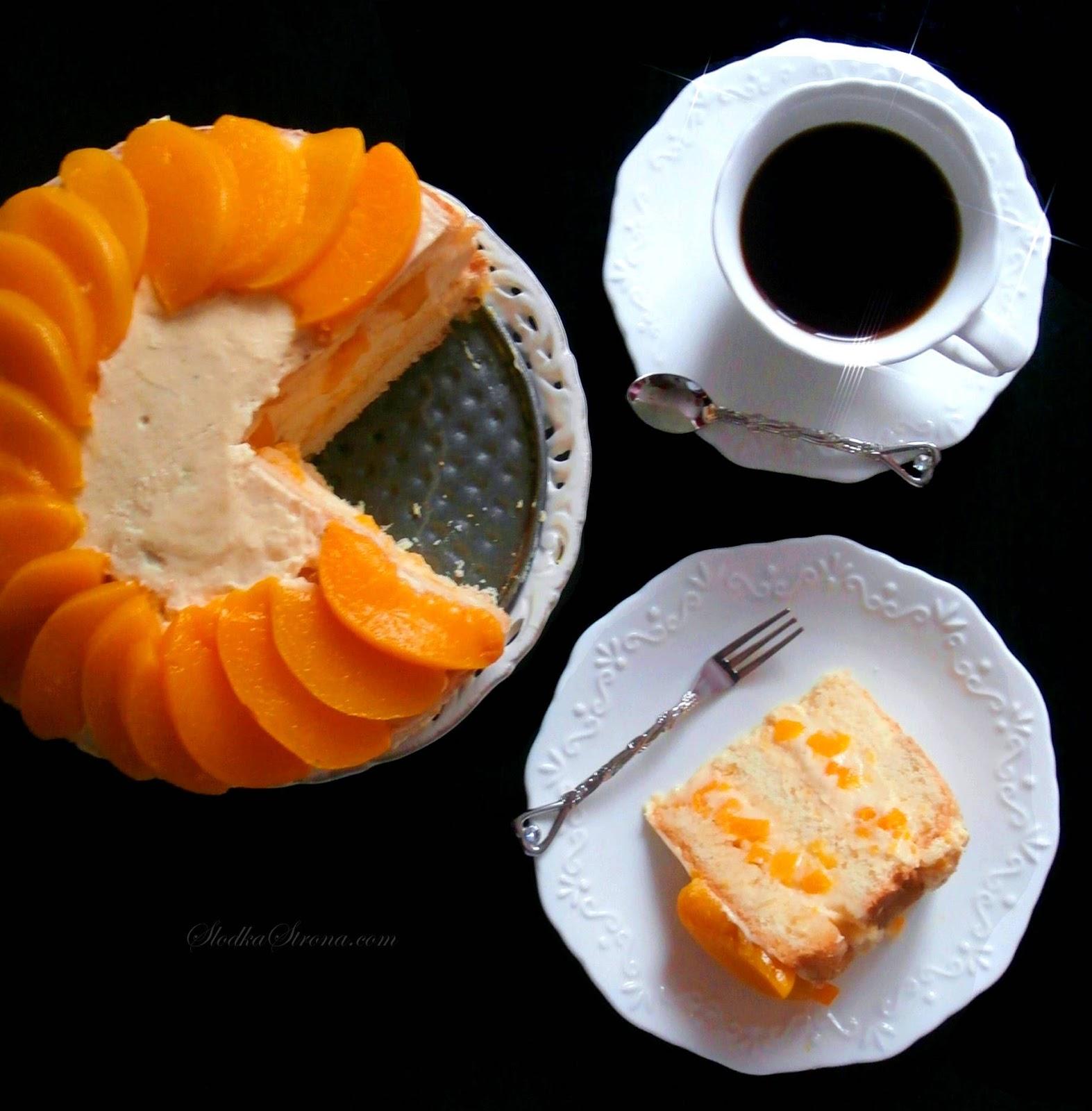 """Tort Brzoskwiniowy to klasyka wśród wypieków i jedno z popularniejszych owocowych ciast. Puszysty, a zarazem """"sypki"""" biszkopt przełożony masą budyniowo-maślaną i kremem budyniowo-śmietanowym z kawałkami owoców to propozycja deseru, której ciężko się oprzeć szczególnie amatorom brzoskwiń. Tort dość prosty w przygotowaniu, a przepyszny w smaku i z pewnością warto przygotować go w domu."""