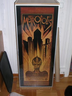 Skåp med filmaffischen för Metropolis, 1926, monterad i vintrindörren. foto: Reb Dutius