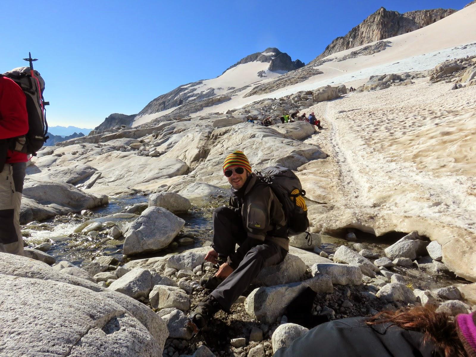 Colocándonos los crampones en el Glaciar del Aneto