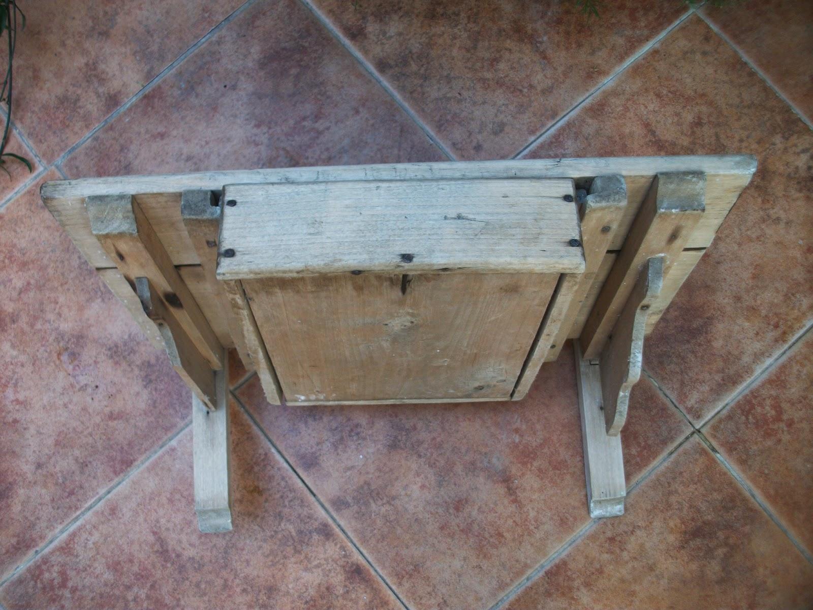 Las creaciones de Victoria. Antigüedad. Restauración. Estanteria de madera con cajón.