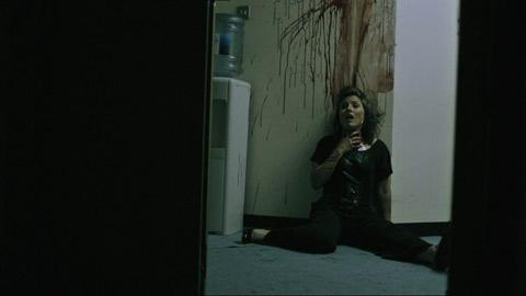 Femme attaquée par un zombie dans dead set