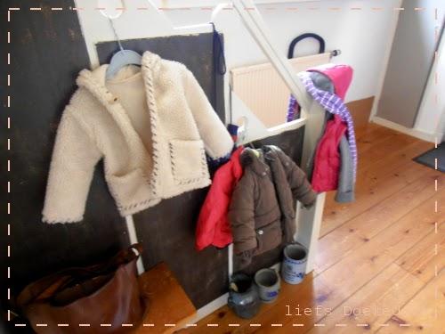 afbeelding van trap als kapstok, door Doekedoek, www.doekedoek.nl