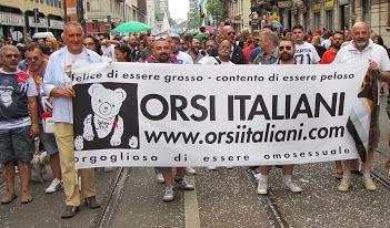 Lo striscione degli orsi italiani al gay pride di Milano 2013
