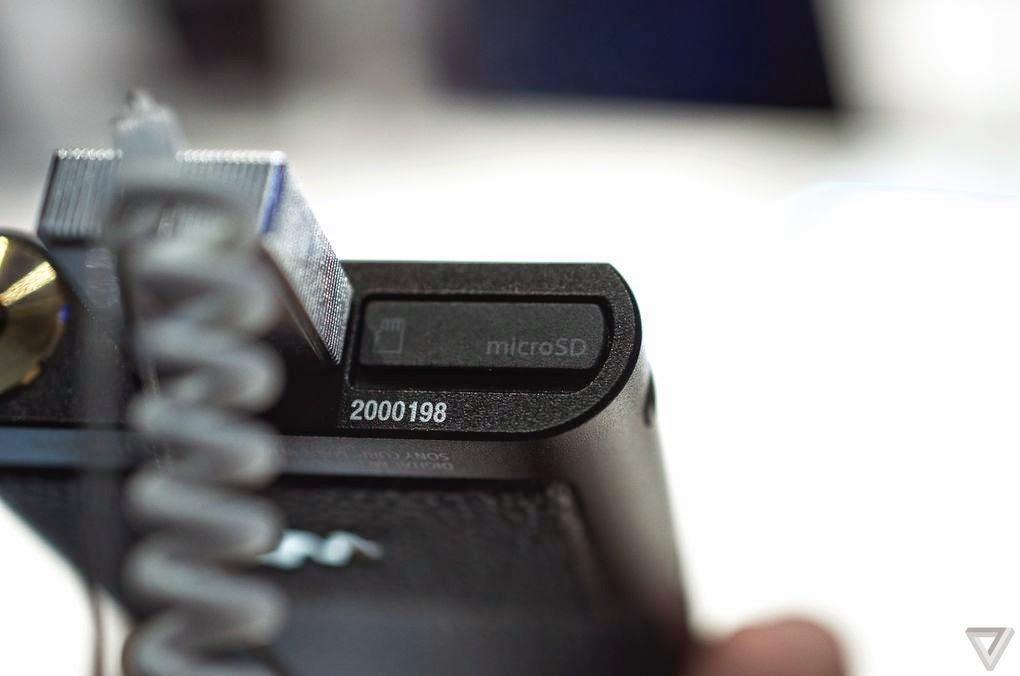 Khe cắm thẻ nhớ microSD cũng nằm ở cạnh dưới của máy