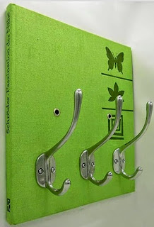 http://www.guiademanualidades.com/manualidades-de-reciclado-perchero-realizado-con-un-libro-5422.htm