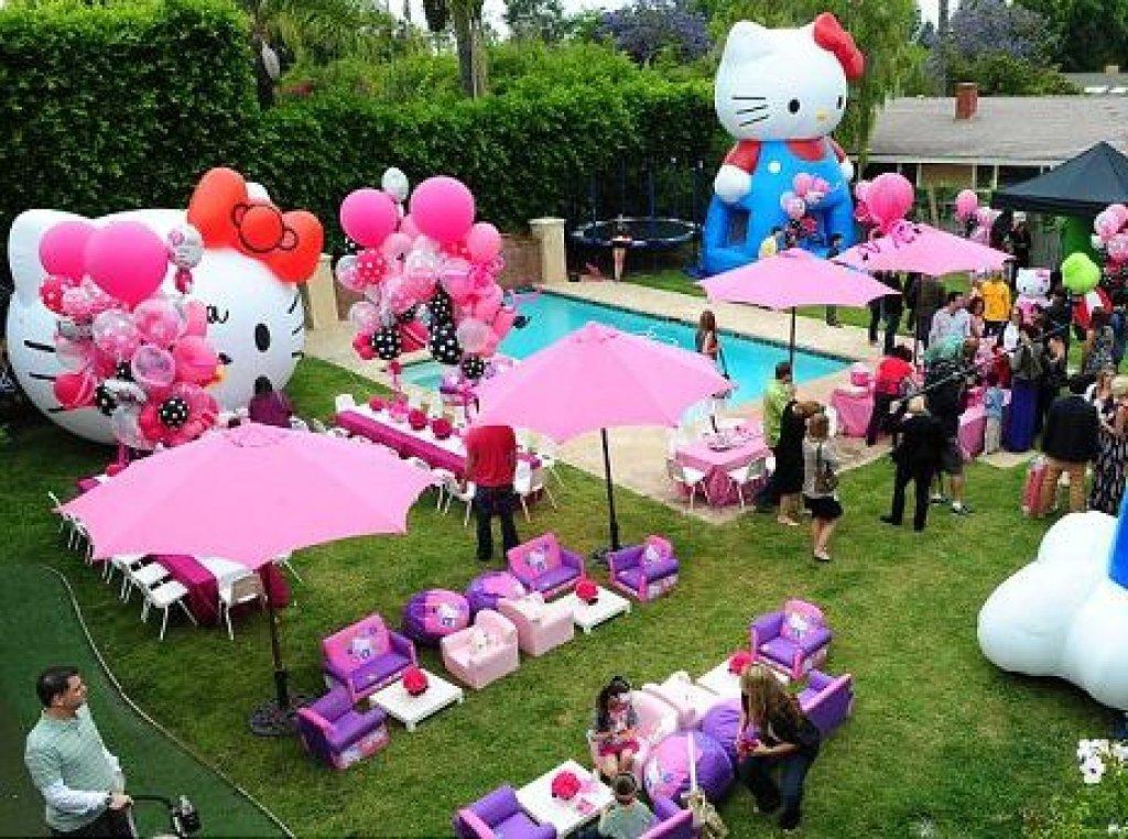 Decoracion Hello Kitty Fiestas Infantiles ~   en tonos rosa y blanco, adornada con figuras de Hello Kitty