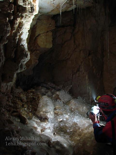 Красивый лед в пещере