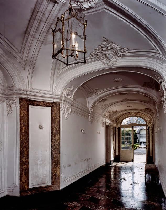 Vestibule d'entrée aux stucs rococo