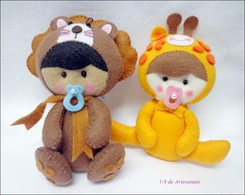 Bebês fantasiados de leão e girafa