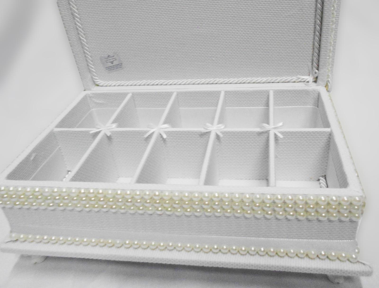 Divina Caixa: Caixa para kit de toillet branco piquet com aplicação  #736D58 1600 1214