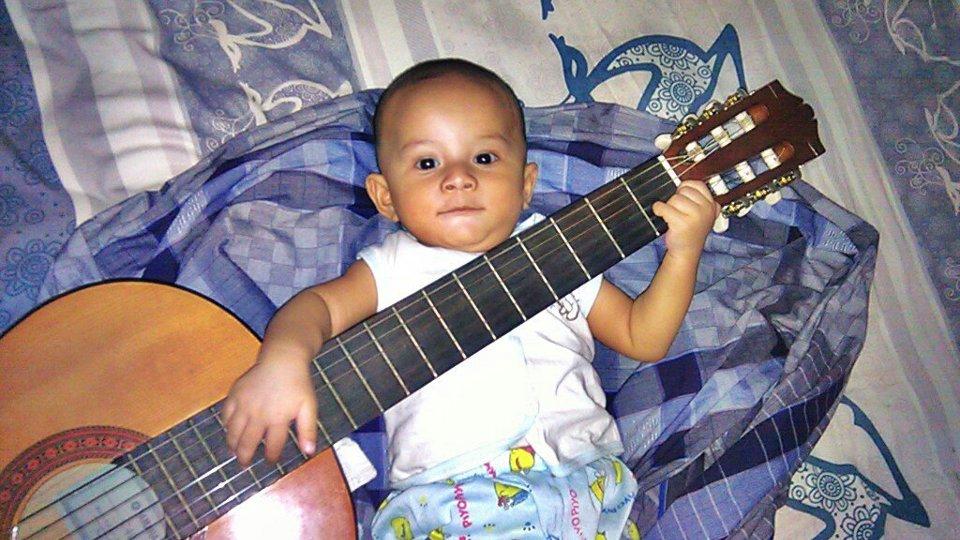 Athallah Maulana Rasyid mainkan gitar